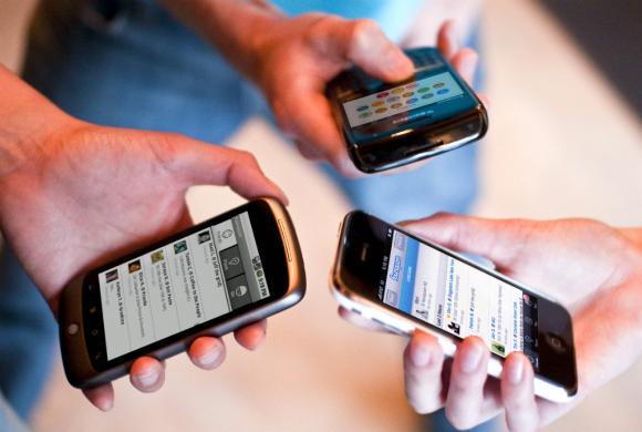 Celulares cada vez se utilizan menos para llamadas y mensajes desde la propia línea. Foto: Reuters