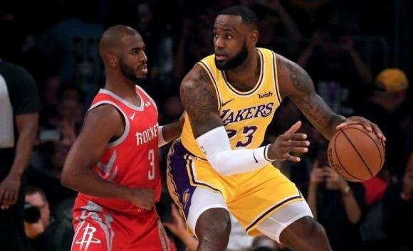 Chris Paul y LeBron James enfrentándose en la NBA