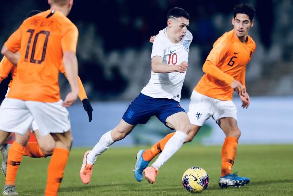 No le pesa: Foden usa la 10 en la selección juvenil de Inglaterra. Foto: @PhilFoden
