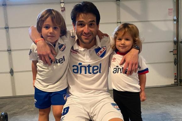 Nicolás Lodeiro con sus hijos celebrando el cumpleaños de Nacional