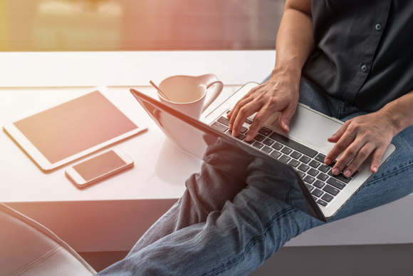 Trabajo remoto. Empleado realiza teletrabajo con su laptop. Foto: Shutterstock.
