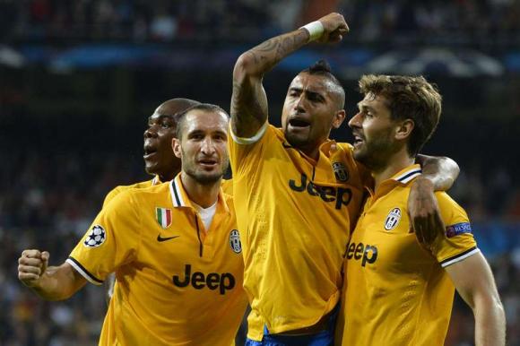 Giorgio Chiellini y Arturo Vidal, compañeros en Juventus. Foto: AFP.