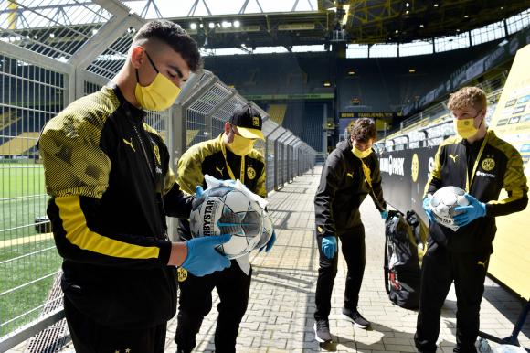 La desinfección de las pelotas previo al Dortmund-Schalke. Foto: AFP.