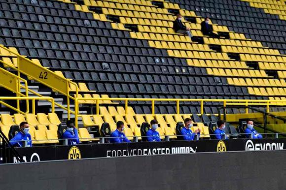 El banco de suplentes improvisado en el estadio del Dortmund. Foto: AFP.