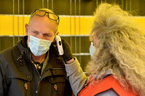 La precaución de tomar la fiebre a cada uno de los individuos en los estadios. Foto: Reuters.