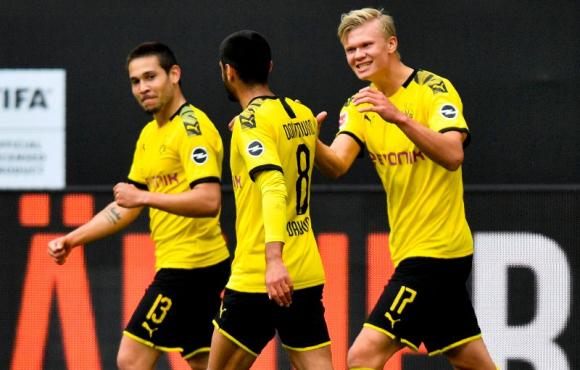 Haaland, Guerreiro y Dahoud celebran uno de los goles del Dortmund. Foto: AFP.