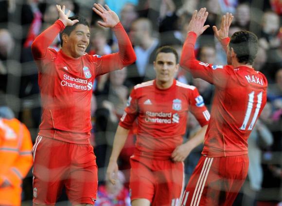 Luis Suárez y Maximiliano Rodríguez compartiendo en Liverpool. Foto: AFP.