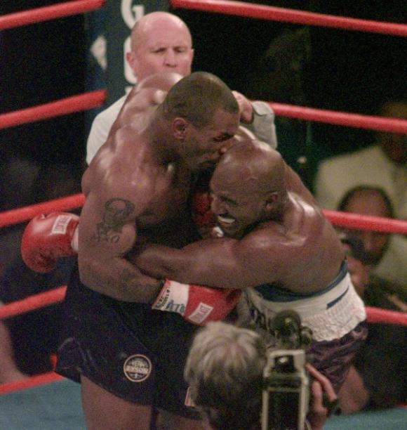 Tyson le muerde la oreja a Holyfield