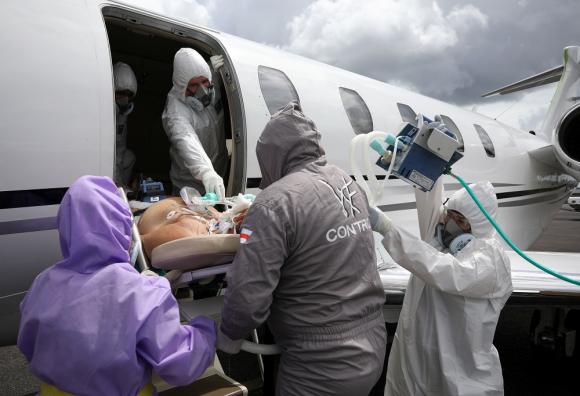Tabatinga: un paciente de COVID-19 es trasladado desde la triple frontera Brasil-Colombia-Perú a Manaos. Foto: Reuters
