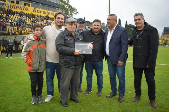Maximiliano Levy junto a Claudio Tapia en la cancha de Almirante Brown. Foto: Twitter.
