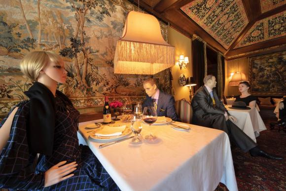 Restaurante con maniquíes en EE.UU.