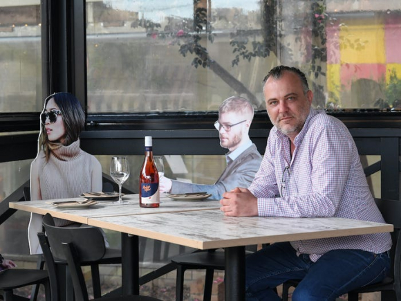 Five Dock Dining. El restaurante australiano apeló a recortes de cartón para simular público. (Foto: Getty Images)