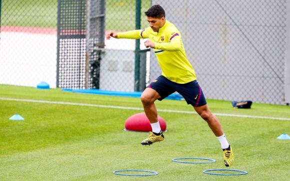 Luis Suárez entrenando con el plantel de Barcelona. Foto: @FCBarcelona_es.