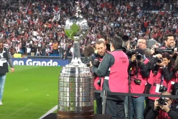 El trofeo de la Copa Libertadores previo a la final en Madrid.
