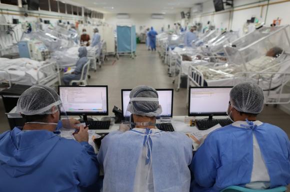 Manaos: pacientes de COVID-19 internados en un hospital en la capital del estado de Amazonas, la zona que más preocupa por la expansión de la pandemia. Foto: AFP