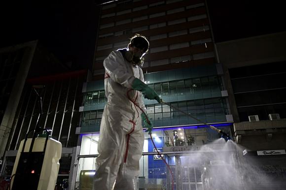 Desinfección en Montevideo por pandemia de coronavirus. Foto: Fernando Ponzzetto.