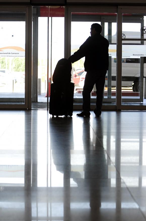 Pasajero en el Aeropuerto de Carrasco. Foto: archivo El País.