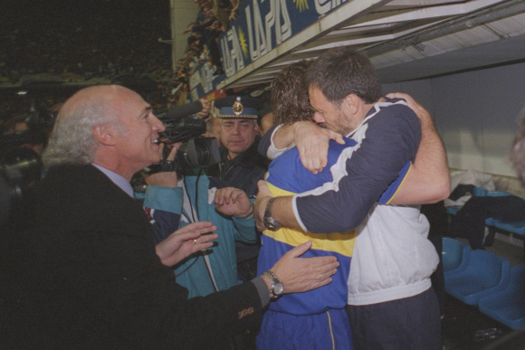 El abrazo entre Palermo y Batista, el doctor que lo ayudó en su recuperación. Foto: La Nación.