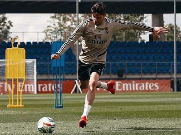 Federico Valverde entrenando con los colores del Real Madrid.