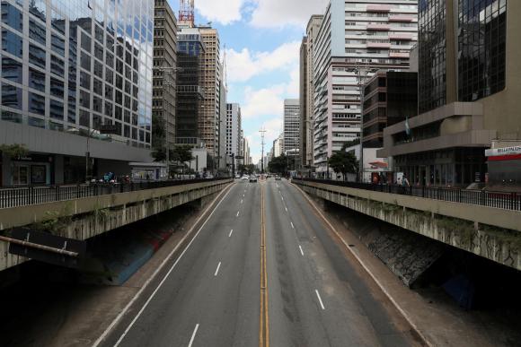 La avenida Paulista se ve vacía el primer día de cierre impuesto por el gobierno estatal debido al brote de la enfermedad por coronavirus. Foto: Reuters.