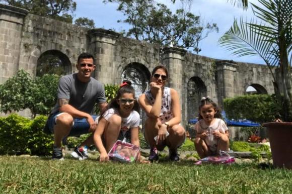 Joaquín Aguirre junto a su pareja y sus dos hijas en Costa Rica.