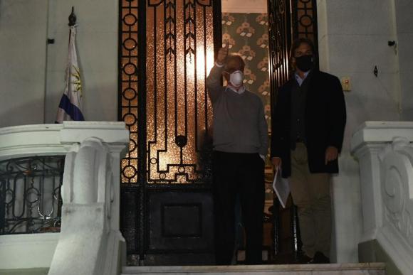 El presidente Luis Lacalle Pou visita a Tabaré Vázquez en la noche de este lunes. Foto: Fernando Ponzetto.