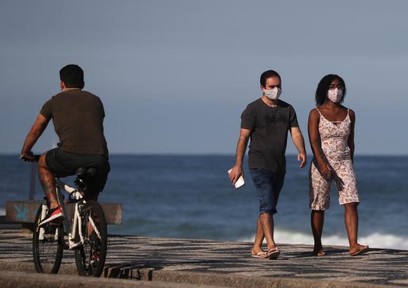 Una pareja este lunes en la playa de Leblon, en Río de Janeiro. Foto: Reuters