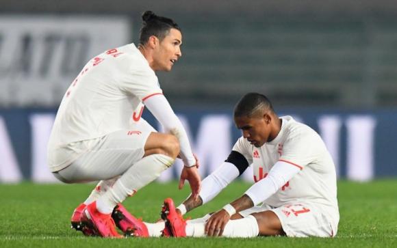 Douglas Costa y Cristiano Ronaldo en otra jornada que terminó con una lesión