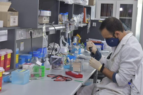 Instituto Pasteur de Montevideo trabaja en la investigación del nuevo coronavirus. Foto: Leonardo Mainé.