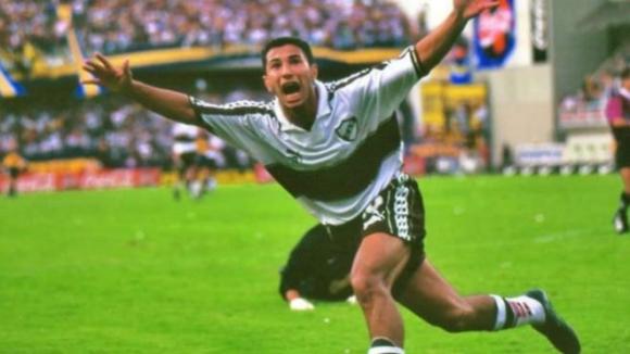 Mauricio Hanuch celebrando uno de sus goles en La Bombonera.