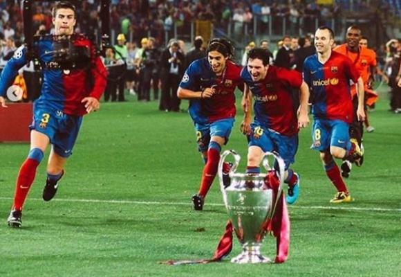 Martín Cáceres celebra acompañado de Piqué, Messi, Iniesta y Abidal.