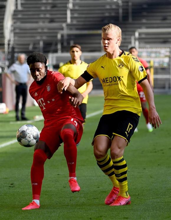 En el partido entre Bayern Munich y Borussia Dortmund hubo una jugada clave entre Davies y Haaland. Foto: EFE