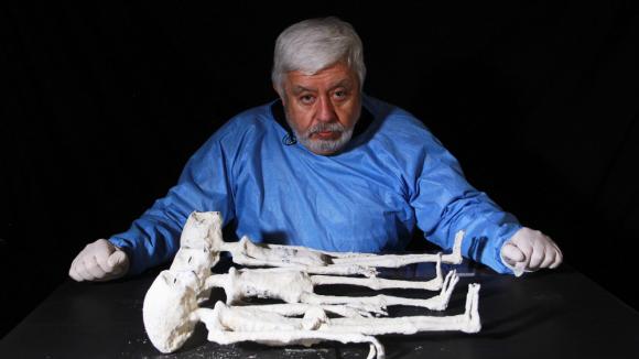 """Jaime Maussan en el especial """"Momias de Nazca"""". Foto: Difusión"""