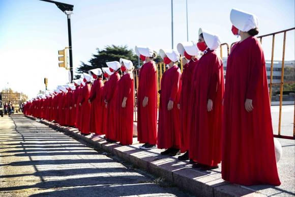 Intervención feminista frente al Parlamento. Foto: @abortolegal
