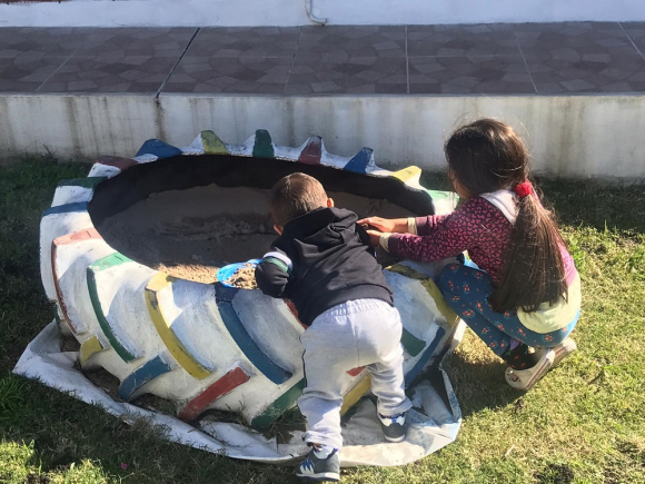 Romina y Marcos en el patio de su casa