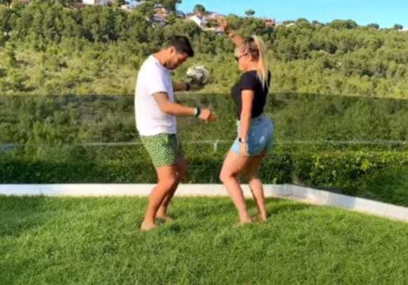 """Luis Suárez y Sofía Balbi en el videoclip de """"Fútbol y rumba"""". Foto: Captura de YouTube"""