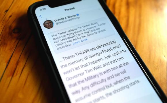 """Twitter etiquetó ayer un mensaje del presidente Trump en el que hablada de """"matones"""" en Minneapolis. Foto: AFP"""