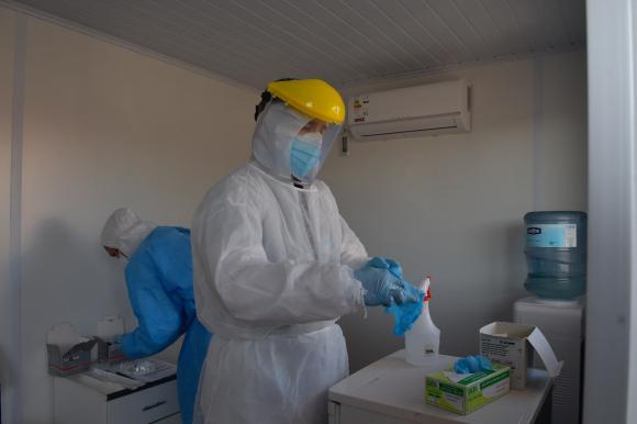 Hisopado para evaluar presencia de coronavirus. Foto: Leonardo Mainé