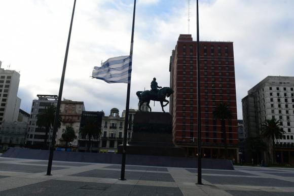 Bandera a media asta tras asesinato de tres marinos. Foto: Francisco Flores.