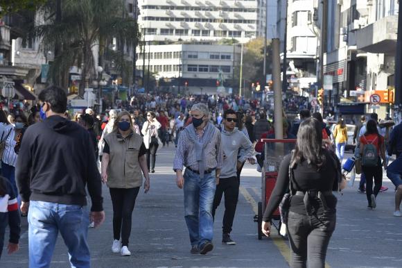 Montevideo: la idea es que la principal avenida sea peatonal todos los sábados en la tarde. Foto: Leonardo Mainé
