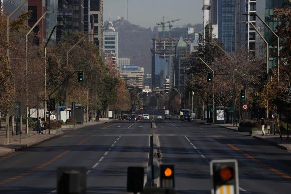 Una de las calles principales de Santiago de Chile se observa casi vacía durante una cuarentena general impuesta por el COVID-19. Foto: Reuters.