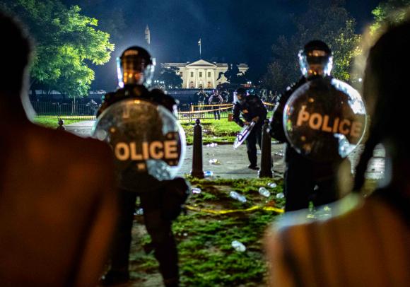 Las protestas por la muerte de Floyd llegaron hasta las puertas de la residencia presidencial en Washington. Foto: AFP
