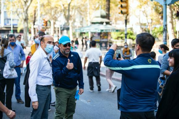 El candidato y exintendente de Montevideo recorrió 18 de Julio el pasado sábado, cuando se habilitó el paseo peatonal. Foto: Twitter Daniel Martínez