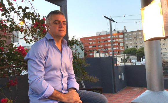 Todas las semanas, el candidato independiente dentro del Frente Amplio realiza un Facebook Live. Foto: Twitter Álvaro Villar