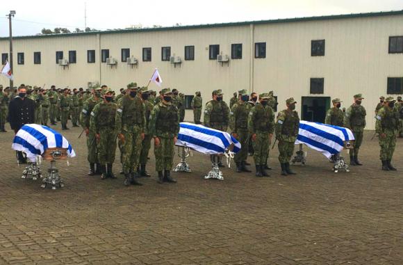 Infantes despiden a sus compañeros caídos en servicio. Foto: El País