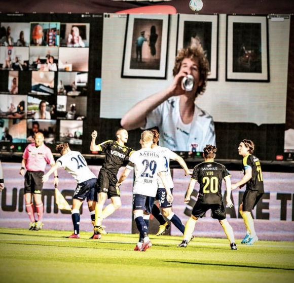 Los hinchas del AGF Aarhus y una manera especial de estar en la cancha. Foto: Twitter.