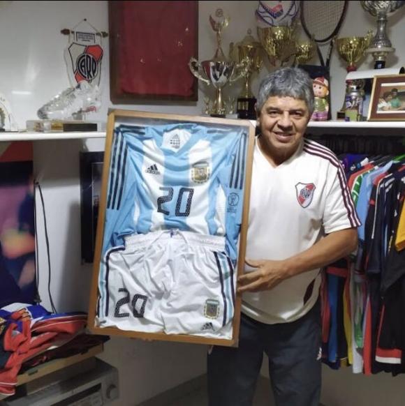 La camiseta y el short de Macelo Gallardo de Corea-Japón 2002 que se subasta. Foto: Twitter.