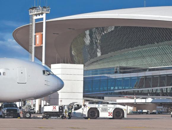 """Carrasco. Desde el Aeropuerto afirman que alinear todos los factores para la reanudación de los vuelos puede llevar """"varias semanas""""."""