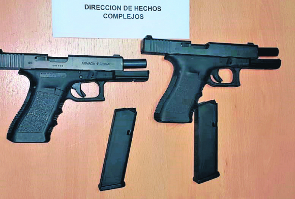 """Las armas tienen en corredera del caño el nombre """"Armada Nacional"""". Foto: El País"""