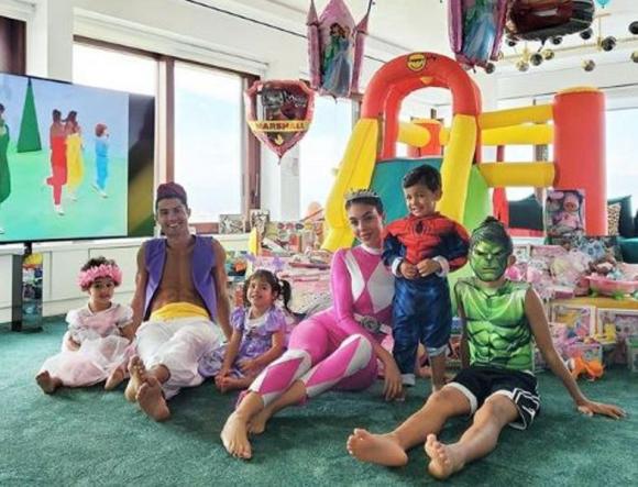 Cristiano Ronaldo se vistió como Aladdin para celebrar el cumpleaños de sus hijos